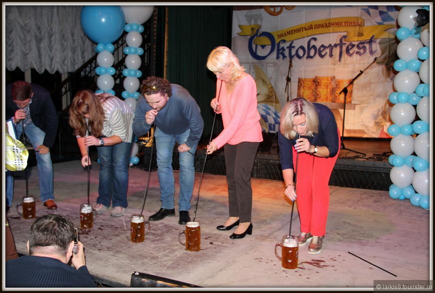 А вот новый конкурс - выпить на скорость литр пива через длинную трубочку!