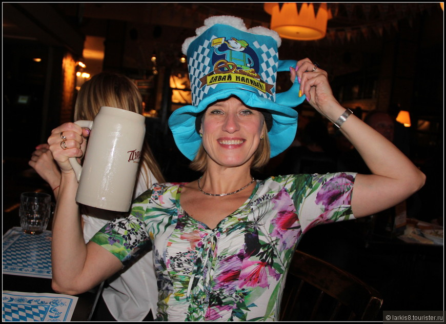 Я выиграла вот такую смешную шапку - кружку. А можно выиграть и настоящую пивную кружку.