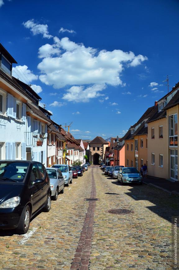 Расположенный между Фрайбургом и Кольмаром, Страсбургом и Базелем, Брайзах заслужил и еще одно название – «маленький город с большой историей». В 369 г. здесь обосновались римляне, однако вскоре их вытеснили германцы.