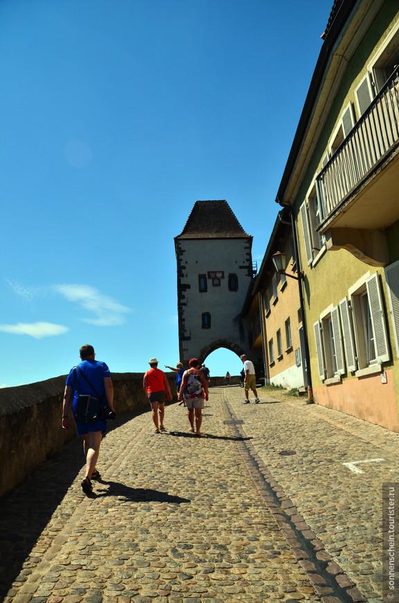 В конце 12 века герцог Бертольд V фон Цэринген построил на высоком скалистом плато над Рейном неприступную крепость. К сожалению до наших дней крепость не сохранилась,но в местном музее имеются её гравюры.