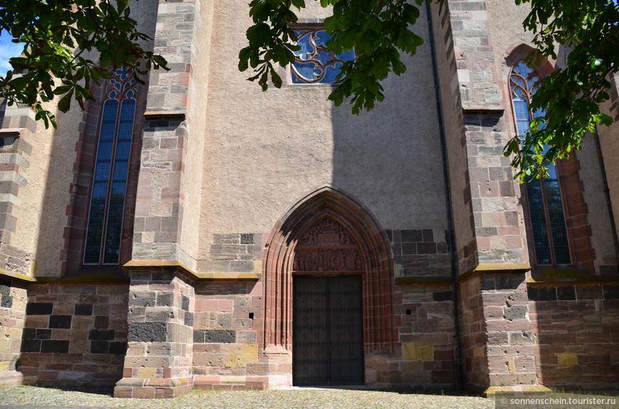 Собор Св. Стефана строился без малого 300 лет, с 1200 г. до конца 15 века, поэтому в его архитектуре соседствуют монументальный романский стиль и утонченная поздняя готика.