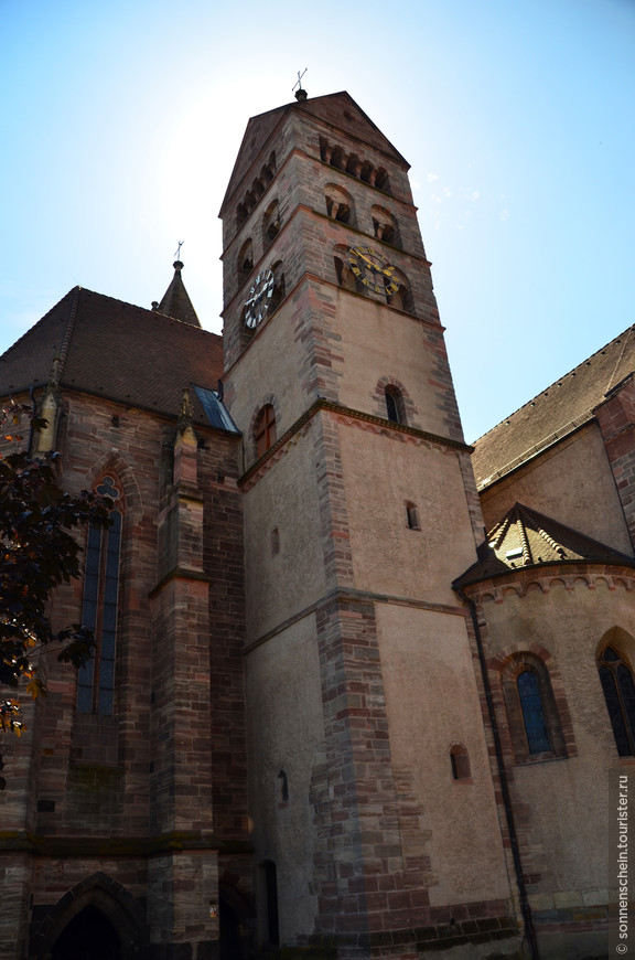 Этот характерный для архитектуры многих средневековых соборов переход от романского стиля к готике особенно заметен при взгляде на башни храма: возведенная в первую очередь северная башня - романская, меж тем как более поздняя южная – готическая. В готическом стиле выдержаны также хор (примыкающая к алтарю восточная часть храма) и западная часть собора.