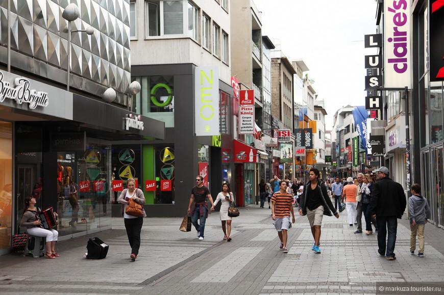 Хое Штрассе - главная торговая улица.