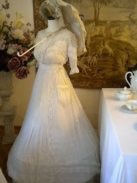 Прогулочное платье с привязным кармашком  вместо сумочки. В то время дамы с собой носили лишь надушенные платочки, сумки были без надобности. :-)