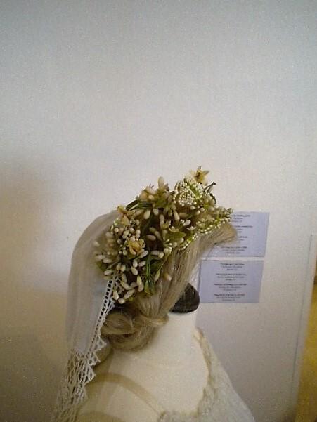 Свадебные венки из восковых апельсиновых цветов. Именно цветы цитрусовых обладали нежным чарующим ароматом и, по поверью, приносили счастье.