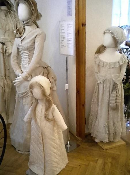 """Ой, попало  в объектив платье с турнюром, это уже из """"другой оперы"""", Викторианской..."""