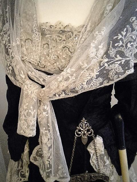 Отделка лифа, рукавов и накидка - фламандское кружево.