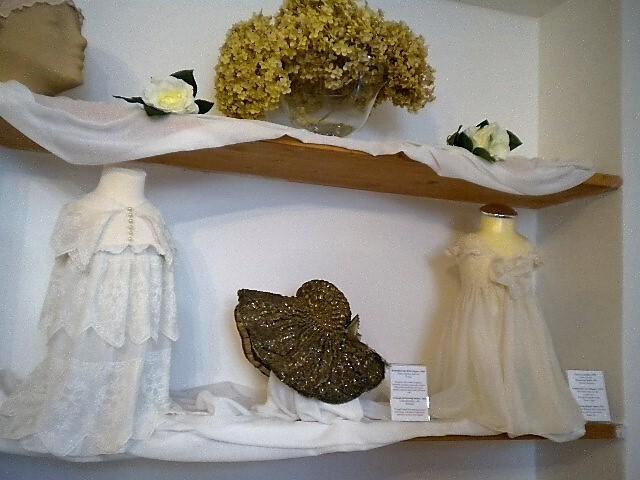 Слева - крестильное платье для новорожденного.