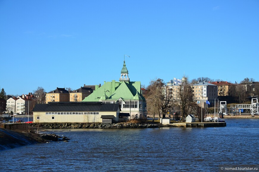 Морская крепость-музей «Суоменлинна» раскинулась в Финском заливе на восьми островах с совершенно непроизносимыми названиями, неподалеку от входа в гавань Хельсинки. . Добраться до нее несложно – из гавани, с Рыночной площади, к крепости ходят небольшие паромчики.