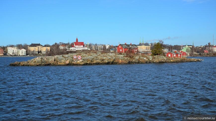 За время 15-20 минутного плавания нам попадаются живописные гранитные островки.