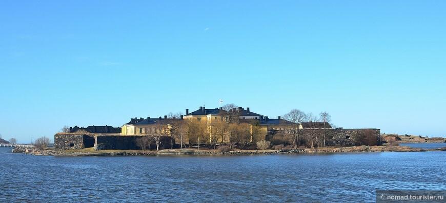 А вот и искомая крепость! Основные постройки расположены на острове Исо-Мустасаари.