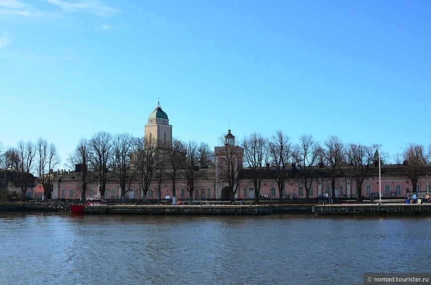 Казармы на пристани и церковь Суоменлинна