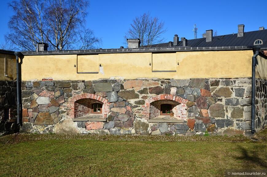Оставим птичек пастись, и погуляем по крепости. Некоторые постройки были сложены из крупных камней - вспомните про кладку инков... )))