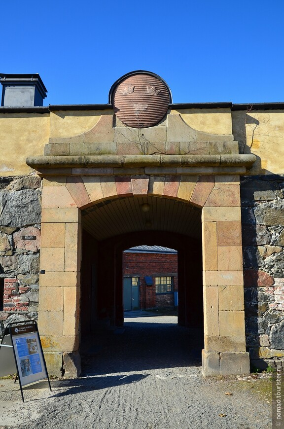 А на этих воротах видны три короны - это сохранившийся герб Швеции.