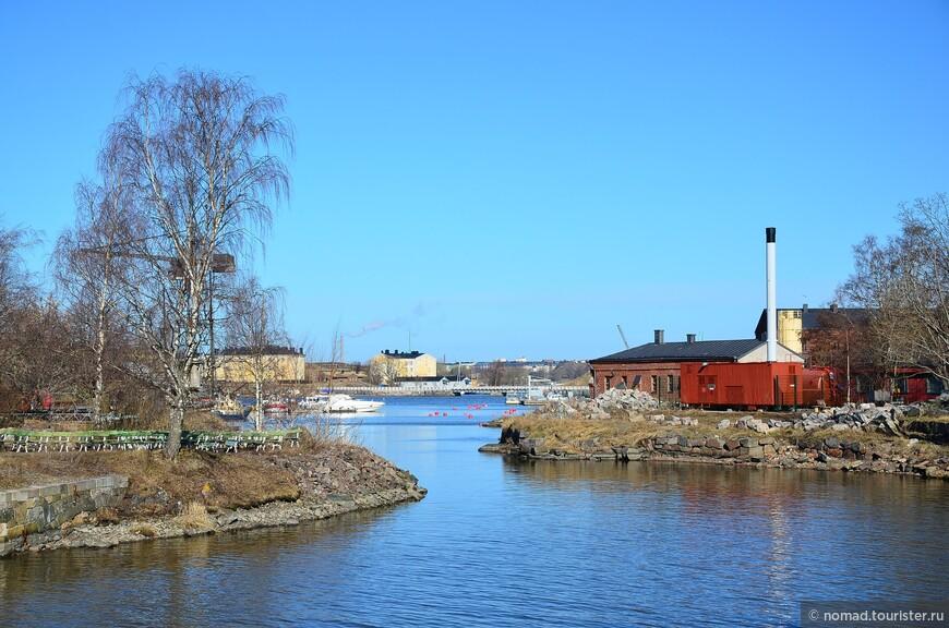 Вид с моста на пролив, разделяющий острова.