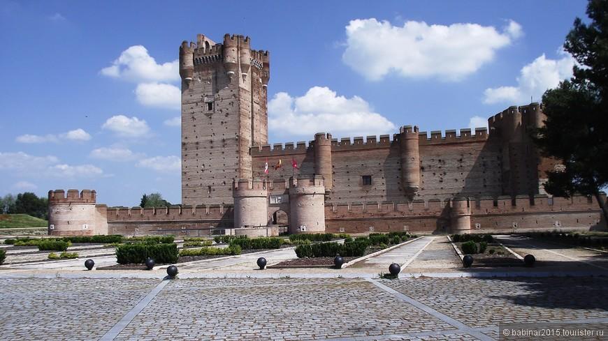 История замка начинается примерно с начала XI века, когда на этом месте находилось сарацинское деревянное укрепление. Примерно в 1080 году на этом месте мавры начали строить крепость из камня и кирпича. Название замка значит, что-то вроде - крепость на холме. Мота - искусственно созданный холм.