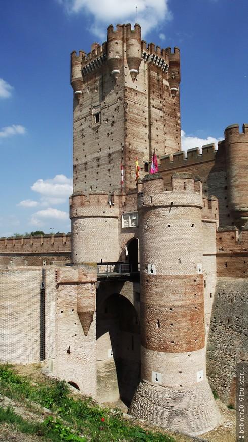 Медина-дель-Кампо был основан на холме в том же самом месте, где сейчас стоит замок. Сейчас холм Mota - это ппригород, однако в Средневековье, это был центр города.