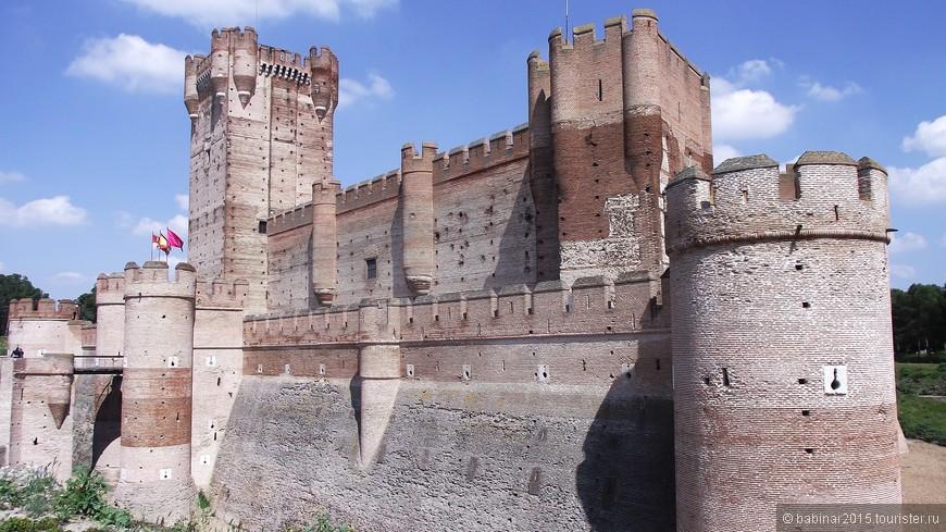 В 1354 году будущий король Энрике II Кастильский взял крепость штурмом. В 1390 году король Хуан I Кастильский передал город своему сыну, будущему королю Фернандо I Арагонскому. После смерти Фернандо в 1416 году, город перешел к его сыну, Хуану II Арагонскому, который обложил местных жителей налогом, чтобы собрать больше денег на укрепление замка Ла Мота.
