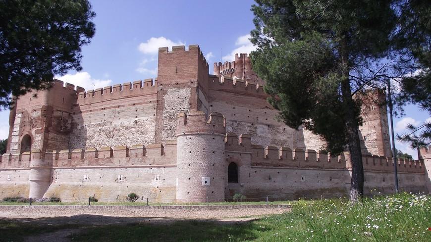 После первой битвы при Ольмедо (Olmedo), состоявшейся в 1445 году, замок раз и навсегда перешел в руки кастильского монарха. В 1460 году король Энрике IV Кастильский (Henry IV of Castile) приказал построить в Ла Мота центральную башню. В 1464 году король подарил замок архиепископу Толедо Алонсо Каррильо, по иронии судьбы, архиепископ оказался предателем и перешел на сторону португальского короля. После трех лет боев за замок он снова перешел в руки кастильцев.
