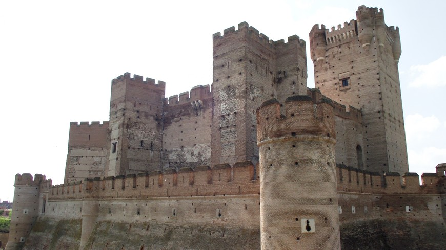 Замок был был одним из ключевых моментов в войне за кастильское наследство между Изабеллой I Кастильской и ее, вроде бы, племянницей, Хуаной де Бельтранеха. Замок остался за Изабеллой. Вскоре Хуана при поддержке своего родного дяди, да к тому же ещё и мужа, короля Португальского, вновь пыталась заявить свои права на кастильский престол. Она снова пыталась заполучить один из самых величественных на тот период замков Европы, выступив против Изабеллы. Но Фердинанд Арагонский - муж Изабеллы, разбил португальцев в битве при Торо. За время войны с Португалией (4 года) в замке был построен артиллерийский бастион, а над его входом были установлены гербы Католических королей - Изабеллы и Фердинанда, сохранившиеся до наших дней.