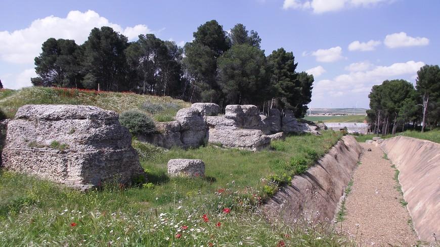 Кроме того, согласно археологическим данным, на этом месте в IV веке до н.э. здесь было обнесенное стеной кельтское поселение.