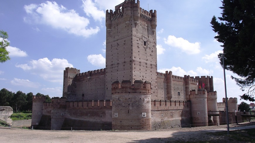 После объединения Кастильи и Арагона, замок был преобразован в тюрьму, где были заключены знаменитые политические деятели. В разное время здесь находились Эрнандо Писарро, Родриго Кальдерон, Цезарь Борджиа, который с помощью своей супруги французской принцессы сестры Наварского короля Шарлотты д'Альбре смог сбежать и темницы. Герцог валансский и романьольский, принц Андрии и Венафро, граф дийосский, правитель Пьомбино, Камерино и Урбино, гонфалоньер и генерал-капитан Святой церкви Цезарь Борджиа спустился с 40-метровой башни по веревке.