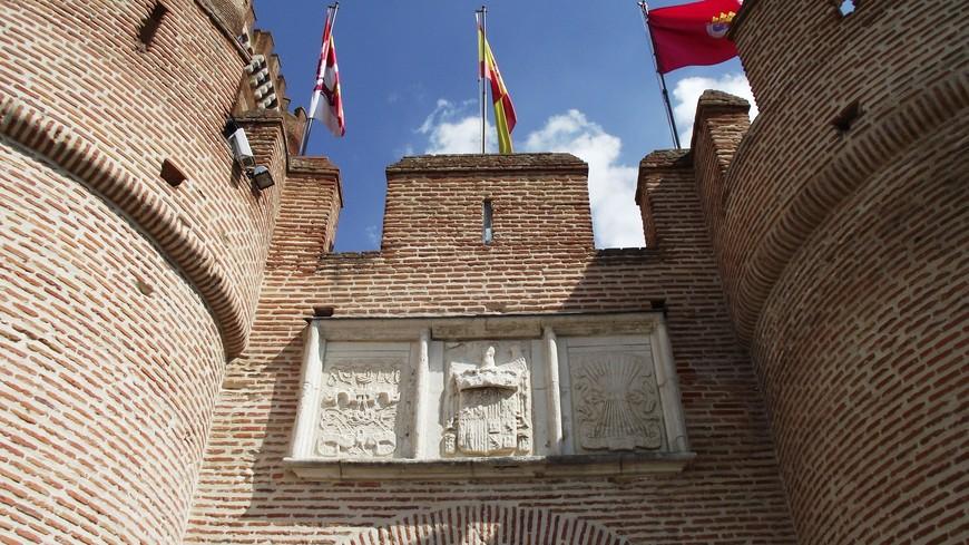 Ворота защищает возведенный в 1475 году артиллерийский бастион, а геральдические символы Фердинанда и Изабеллы восстановлены из тех, что были на этом месте с 1483 года.