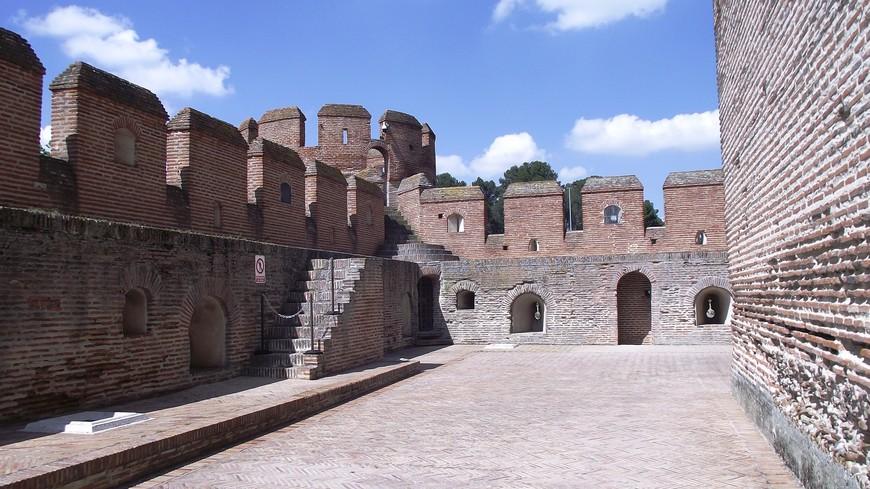 Когда Castillo de La Mota утратил свое значение как тюрьма, замок был подвергнут многочисленным кражам и мародерству. Местные жители разбирали его по камням на стройматериалы. К началу 20-го века Ла Мота представлял собой настоящие руины с разрушенными стенами и крышей, и был восстановлен только благодаря ностальгии генерала Франко, который неровно дышал к строениям эпохи Католических королей.. После реконструкции крепость превратилась в женский институт, а сегодня в ней проводятся различные культурные мероприятия.