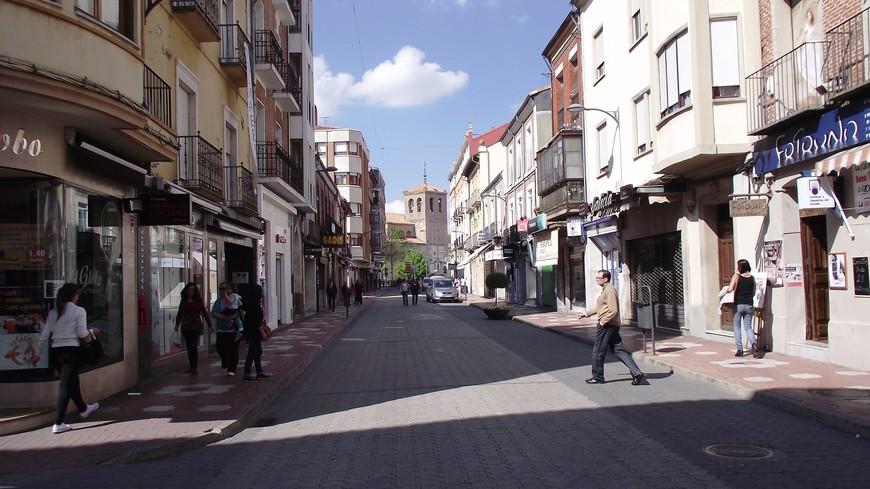Улица Падильи - La Calle Padilla Эту улицу назвали в честь Дона Хуана де Падиллья, лидера восстания коммунерос в XVI против короля Карлоса, который воспитывался во Фландрии и для управления Кастильей привез с собой чужеземцев. В старину эта улица называлась Новой и была деловым центром города, где размещались многочисленные банки и магазины, часть из которых все ещё находятся на старом месте. Эта улица соединяет Главную площадь с Мостом Св. Михаила.