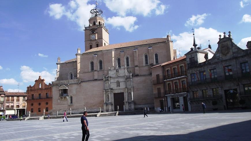 Соборная церковь Сан Антолина Эта церковь строилась с XVI по XVIII век, естественно имеет элементы как готической архитектуры, так и элементы ренессанса и барокко. Церковь находится на Главной площади города - Plaza Mayor.
