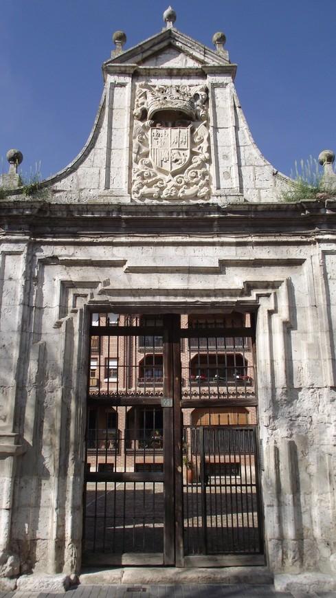 Palacio del Almirante, от дворца фактически осталась угловая часть стены с двумя воротами, за которыми теперь жилой дом, в котором живут довольно не бедные жители.