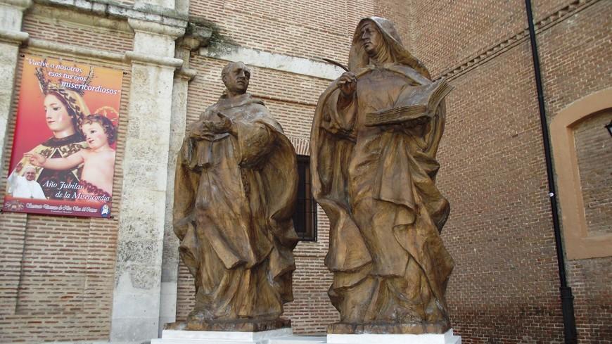 Церковь Непорочного зачатия Девы Марии. Перед входом в церковь в октябре 2015 года был установлен памятник, посвященный первой встрече межу Хуаном де ла Круз и Терезой Авильской, впоследствии канонизированными. Встреча произошла в 1567 году в Медине дель Кампо.