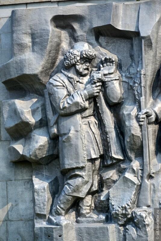 завод строили каторжники, пленные шведы. это монумент около вешняка нашей плотины.