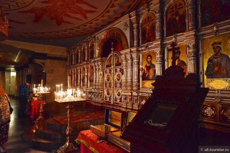 нижний храм. иконостас сделан из местного фарфора.