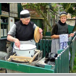 """""""Жители """" деревни стирают белье старинным способом, без мыла  с применением щёлока."""