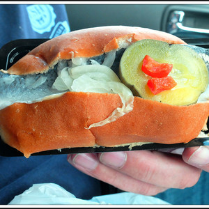 Знаменитый бутерброд с селедкой.
