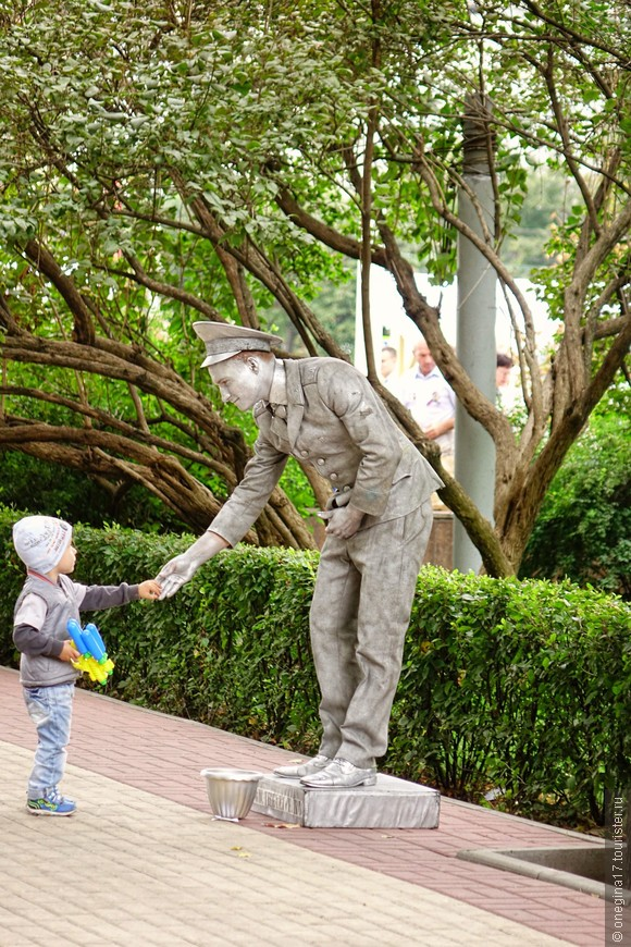 И до нас докатились живые скульптуры. Детям нравится, а руку пожать или сфотографироваться, можно и бесплатно, у нас не Европы, все проще и дешевле.