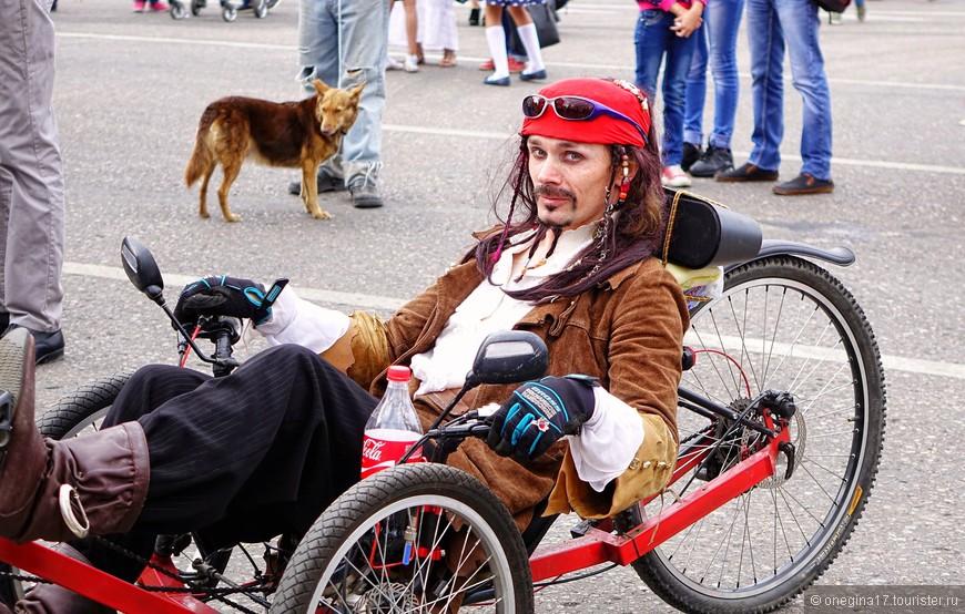 Ну, Джек Воробей или типа того. Но велосипед у него правильный, я к тому времени созрела, чтобы на таком отдохнуть.