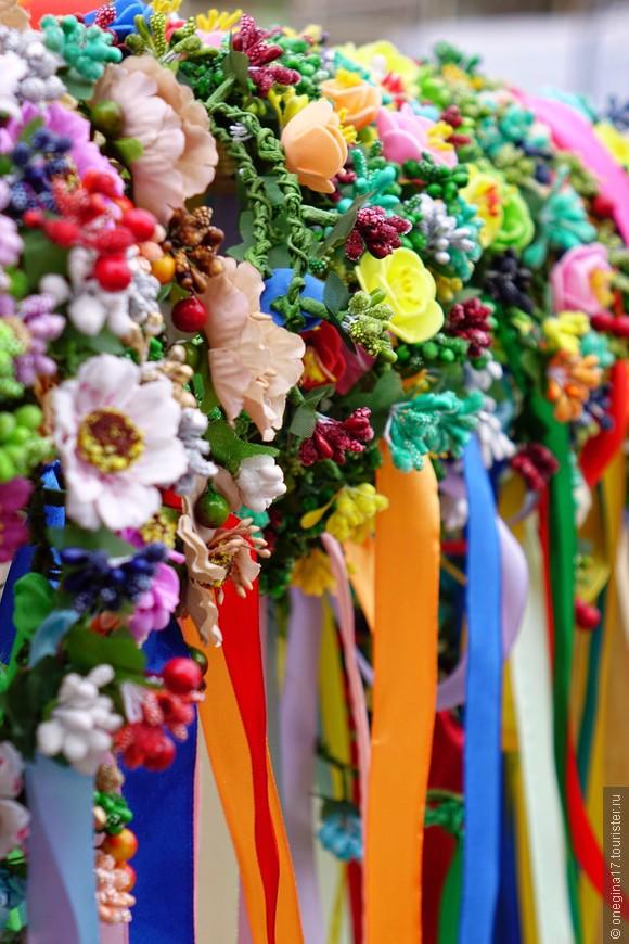 Этим летом появилась новая мода - веночки из цветов, ленточки. Юные барышни покупают и с удовольствием носят. Ну а те, кто перебрался к нам, зарабатывают этими веночками на жизнь. Очень красиво у них получается!