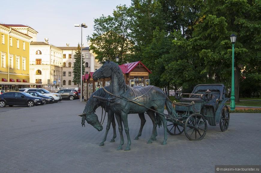 Городская скульптура. Альберт сказал, что появились они совсем недавно и эти новшества его очень радуют. В этом мы с ним полностью согласны.