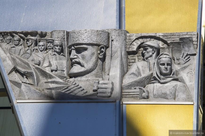 Барельефы на здании музея ВОВ.
