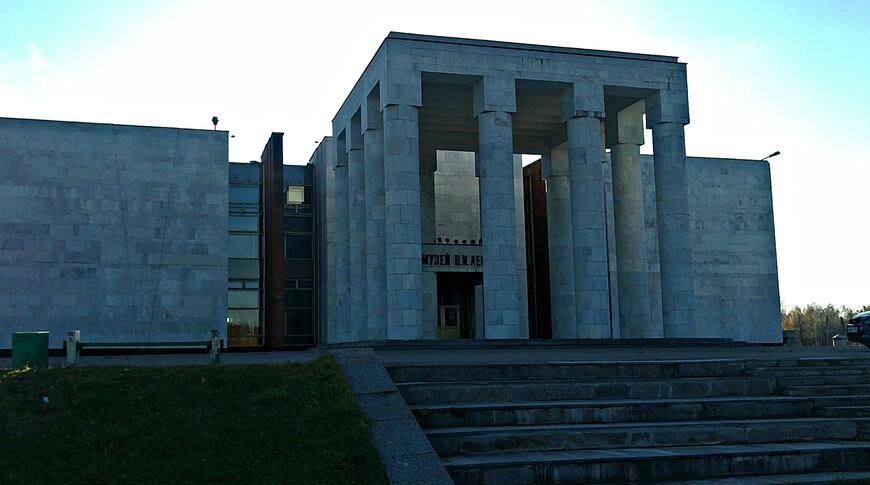 В это специально построенное здание были вывезены экспонаты из Музея Ленина  на Красной площади.
