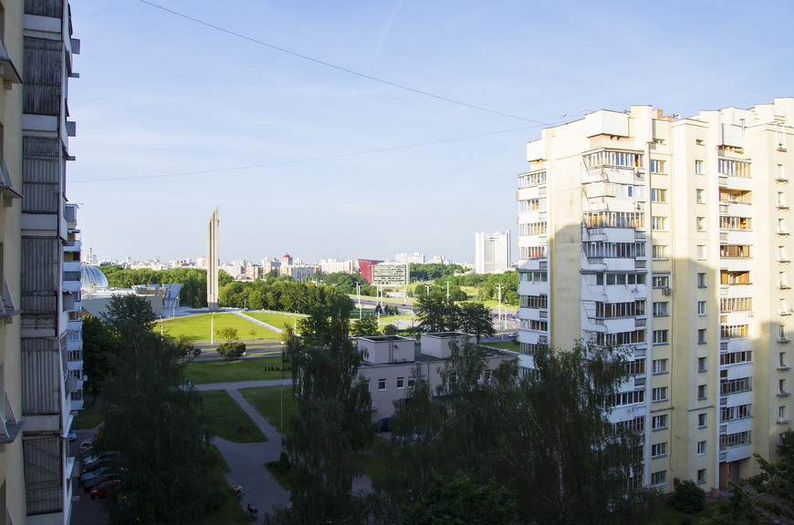 И вид из окна вполне достойный: на проспект Победителей (а точнее Переможцау) и музей Великой Отечественной Войны.