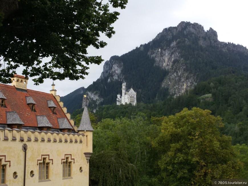 2 замка :  старый ( слева )  и  новый ( вдали )  баварских королей