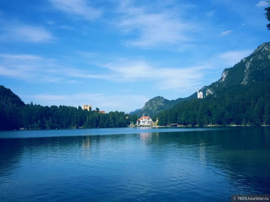 Альпийское озеро ,  вдали   замки  Нойшванштайн , Хоэншвангау , баварских королей