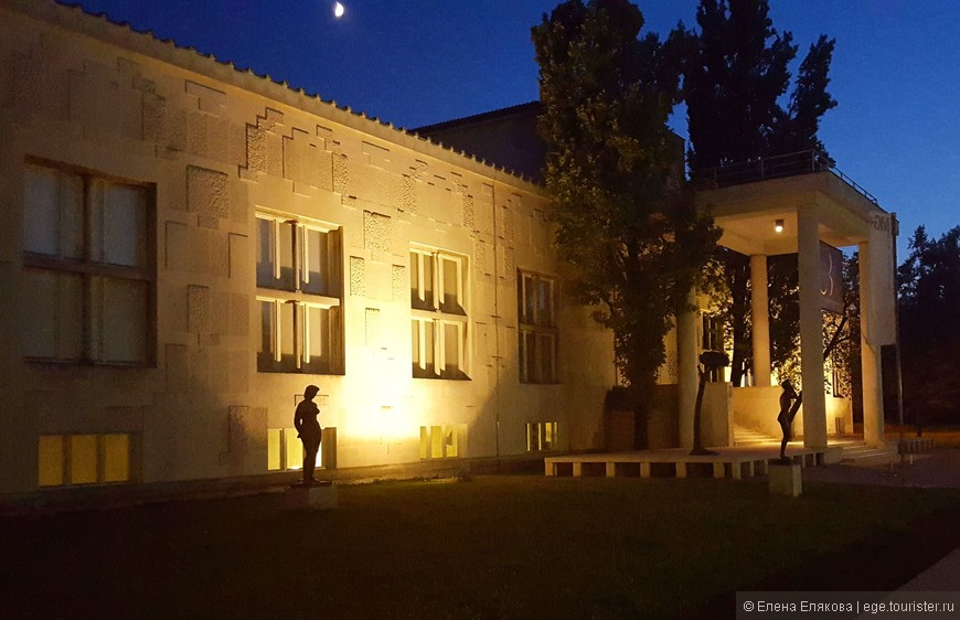 Современная художественная галерея Любляны является также музеем современного искусства, в котором представлена  постоянная коллекция словенского искусства 20-го века и проводятся временные выставки. Перед зданием галереи стоят несколько интересных современных скульптур (здесь видно только 2).