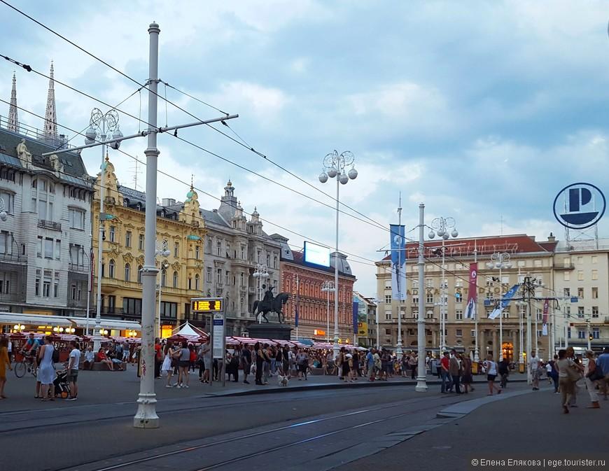 Площадь бана Йосипа Елачича называют сердцем Загреба, расположена у подножия двух загребских холмов Каптола и Градеца. Находящиеся на площади в настоящее время здания построены в начале 19 века в различных архитектурных стилях (неостиль 19 века, бидермайер, сецессион, модернизм, постмодернизм).