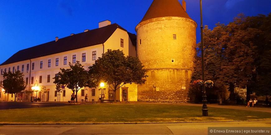 Ренессансные крепостные стены — оборонительные крепостные стены с башнями сооружены около кафедрального собор в начале 16 века для защиты от турков. Это одни из наиболее сохранившихся ренессансных крепостных стен оборонительного характера в Европе.