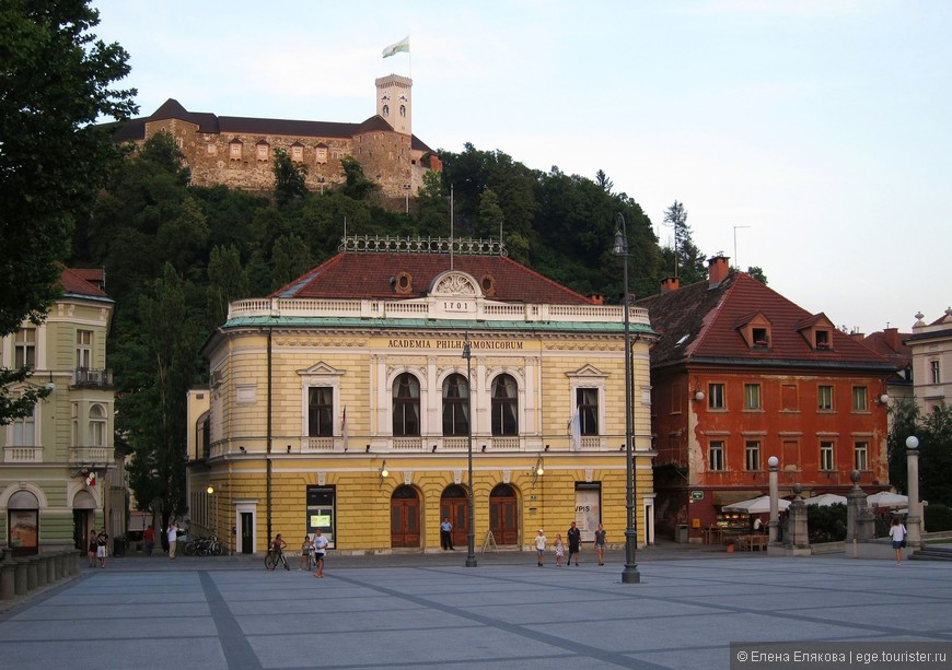 Это еще одна площадь Любляны - площадь Конгресса, на которой находится (прямо) Словенская филармония – одна из старейших филармоний мира. Предшественницей филармонии была филармоническая академия, начавшая свою творческую деятельность в 1701 году.