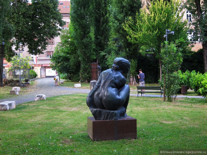 В одном из зеленых дворов на Илице оказалась Академия изобразительных искусств и много скульптур без табличек,